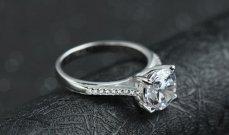 بعد 30 عاماً... عثرت على خاتم زواجها في البحر!