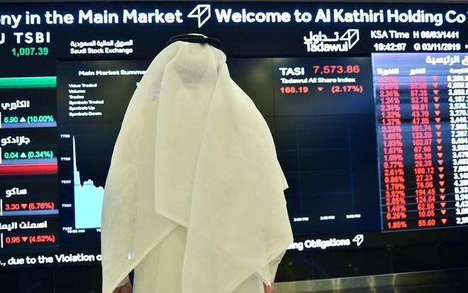 الأسهم السعودية تواصل خسائرها وتهوي أكثر من 100 نقطة بضغط البنوك والمواد الأساسية