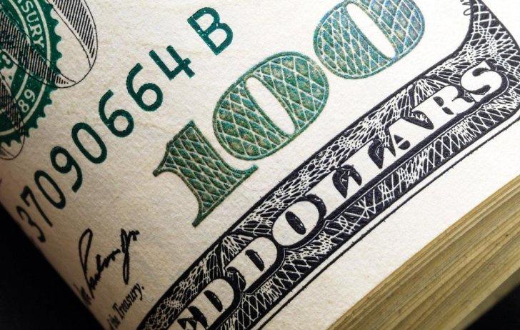 الدولار يتجه لتسجيل أفضل مكاسب شهرية منذ آذار أمام العملات الرئيسية