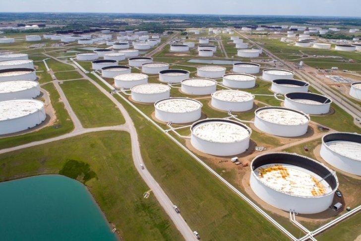 النفط يهبط أكثر من 2% عند التسوية بفعل زيادة المخزونات الأميركية وانتشار دلتا