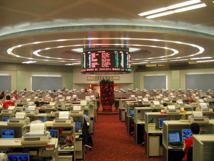 بورصة هونغ كونغ تواصل وقف التداول على أكثر من 40 شركة لعدم إعلان أرباح 2020