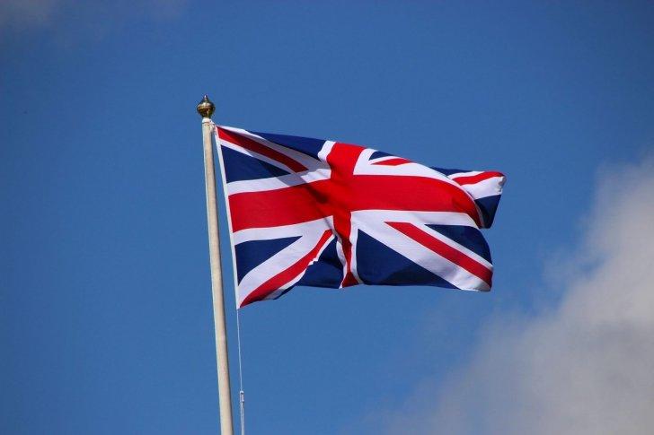 """تراجع عجز الموازنة البريطانية إلى ما يقرب من نصف مستواه أثناء تفشي """"كورونا"""""""